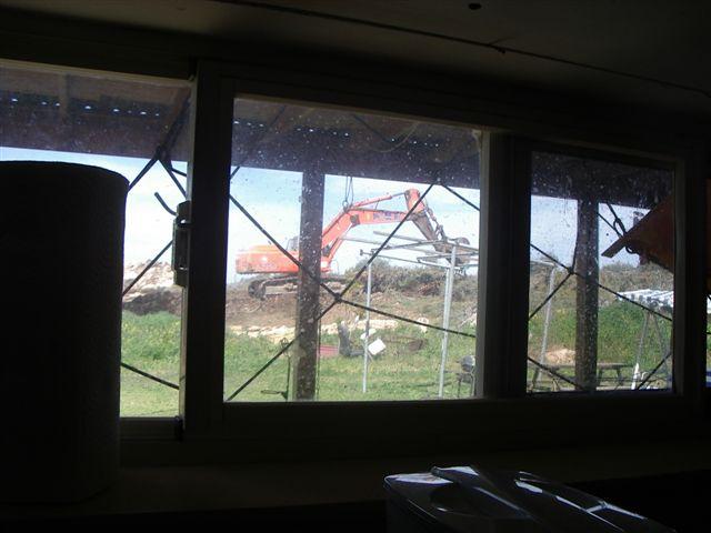 דחפור מחלון המטבח